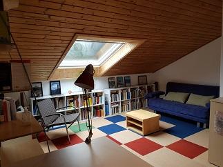 Dachgeschoß mit großem Zimmer in Reihenmittelhaus für Referendare ( Wochenendheimfahrer)